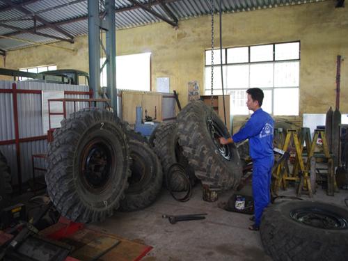 Những phần việc nặng nhọc như di chuyển những chiếc lốp hàng tạ thế này phải nhờ đến sức máy.