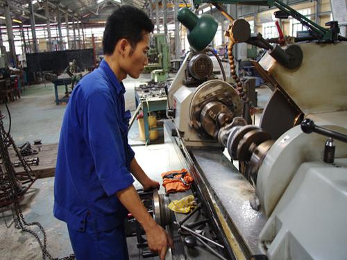 Lãnh đạo Z151 cho biết, đơn vị cũng đã được đầu tư các máy móc thiết bị hiện đại phục vụ cho nhiệm vụ sửa chữa ô tô. Chiếc máy mài gia công xi lanh trục guồng động cơ Zin-131 này chẳng hạn.