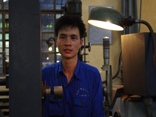 Công nhân viên Tạ Đức Thuần bên máy gia công tay biên BL-600 tại Phân xưởng sửa chữa động cơ.