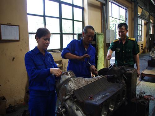 Công việc nặng nhọc là thế, nhưng trong đội ngũ những người lính thợ ô tô, không thiếu các bóng hồng.