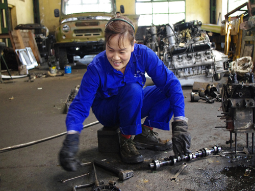 Gia đình chị Vũ Thị Lan Anh đã có 3 đời gắn bó với công việc sửa chữa ô tô tại Nhà máy Z151. Chị Lan Anh đã có 25 năm gắn bó với nghề. Chị tâm sự, đôi khi khách của chồng đến nhà chơi chị rất ngại bắt tay, vì ai cũng kêu, sao bàn tay chị thô ráp thế. Một phần tư số CNQP của Z151 là nữ. Giống như chị Lan Anh, thu nhập của họ ở mức dăm ba triệu đồng một tháng, tùy vào việc làm nhiều hay ít. Sự mộc mạc, dễ gần là cảm giác khi chúng tôi tiếp xúc với những người lính thợ nữ.