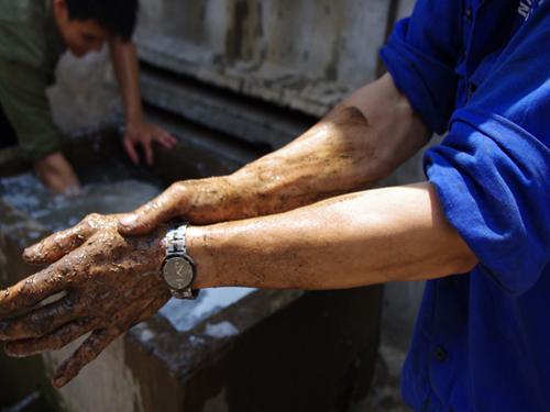 Vệ sinh sau khi hết ca. Nhứng bàn tay lính thợ ngoài xà phòng, họ phải dùng mùn cưa mới hi vọng rũ bỏ hết những dầu mỡ trên da thịt.