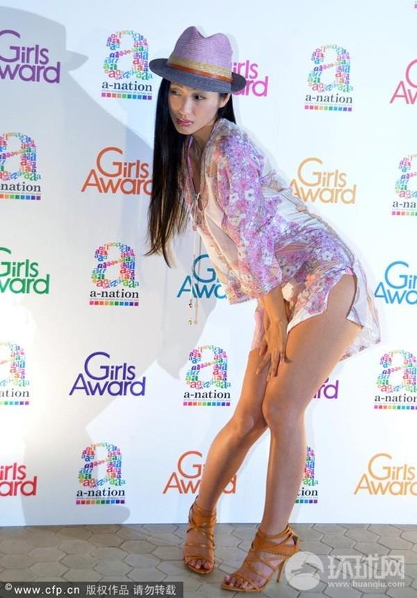 Nữ diễn viên Nhật bất ngờ lột váy trên sân khấu 3