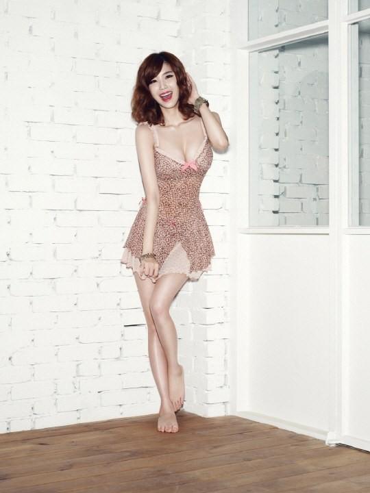 Hình thể đẹp cùng khuôn ngực trắng trẻo, tròn đầy giúp Hyosung tự tin trong những mẫu nội y ngọt ngào.
