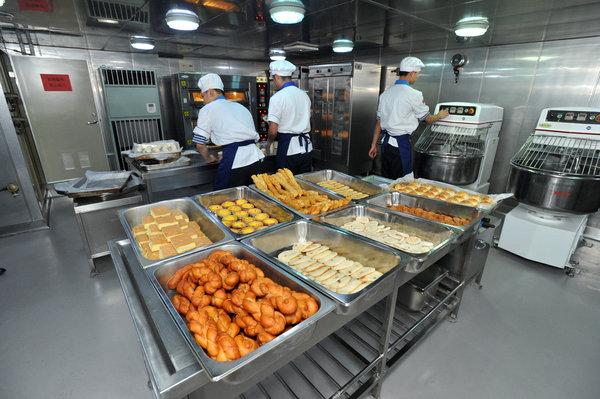 Trên tàu còn có khu vực bếp dành riêng để nướng bánh.