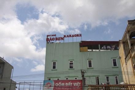 """""""Đập đá"""" trong quán karaoke, thôn nữ tử vong?"""