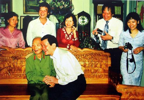 Các lãnh đạo Đảng, Nhà nước, Chính phủ... thường xuyên tới thăm hỏi Đại tướng. Trong ảnh, ông Trương Tấn Sang (nay là Chủ tịch nước) thăm Đại tướng năm 2008.