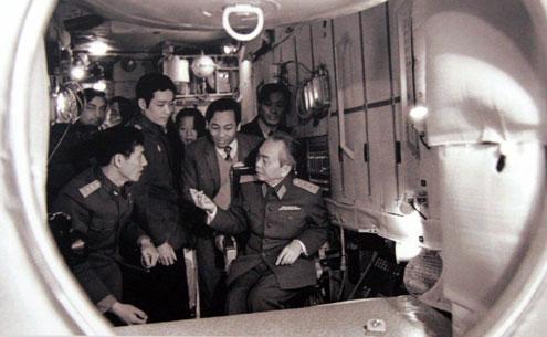 Đại tướng cùng Anh hùng Phạm Tuân thăm Trung tâm huấn luyện Gagarin (Liên Xô) tháng 7/1980.