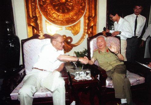 Đại tướng tiếp Cựu Bộ trưởng Quốc phòng Mỹ Robert McNamara năm 1995.