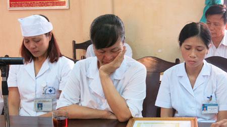 """""""Tôi buồn vì tờ giấy khen là từ việc phải tố cáo việc làm sai của chính đồng nghiệp của mình"""" - chị Khuất Thị Định nói."""