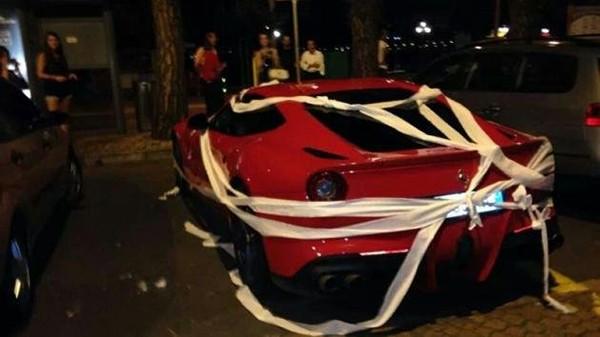 Không ký tặng fan, siêu xe của Balotelli ngập trong đống giấy vệ sinh 1
