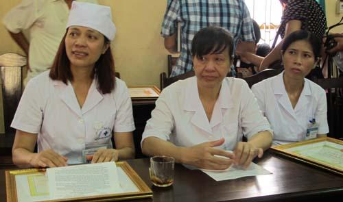 Từ trái sang: các chị Hoàng Thị Nguyệt, Khuất Thị Định, Phan Thị Nam Đông tại lễ khen thưởng ngày 16-8 vừa qua