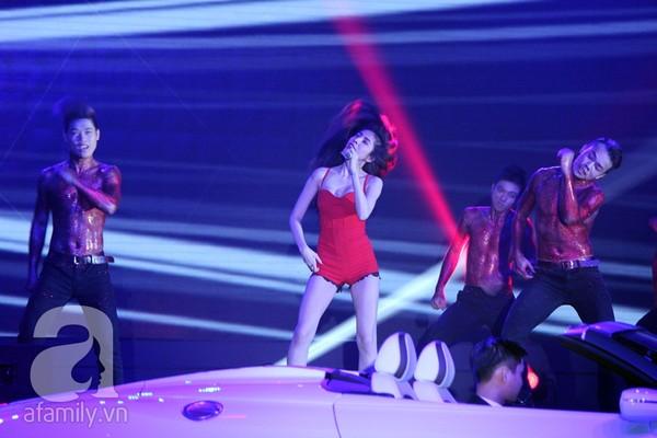 """Thủy Tiên đi siêu xe lên sân khấu, """"nổi loạn"""" cùng 50 vũ công 3"""