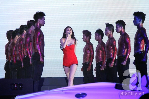 """Thủy Tiên đi siêu xe lên sân khấu, """"nổi loạn"""" cùng 50 vũ công 5"""