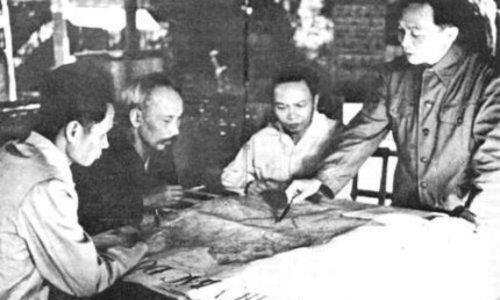 Đại tướng Võ Nguyên Giáp báo cáo quyết tâm chiến đấu trong chiến dịch Điện Biên Phủ.