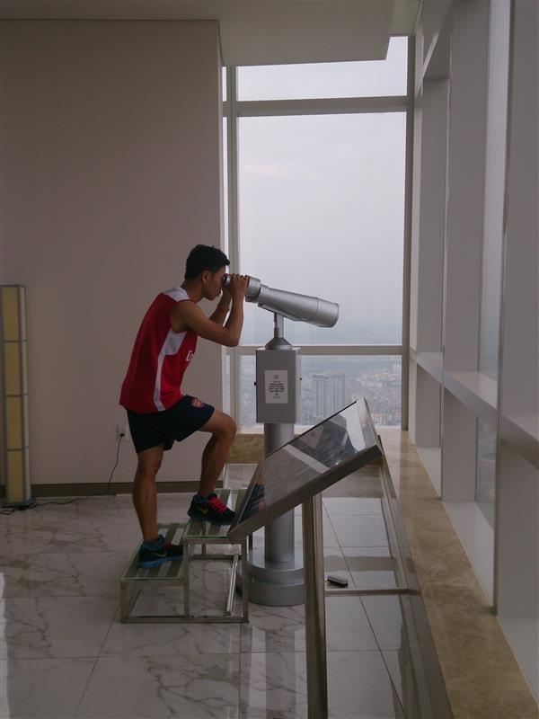 """""""Running Man"""" Vũ Xuân Tiến về nhất cuộc thi chạy bộ 72 tầng Keangnam 2"""