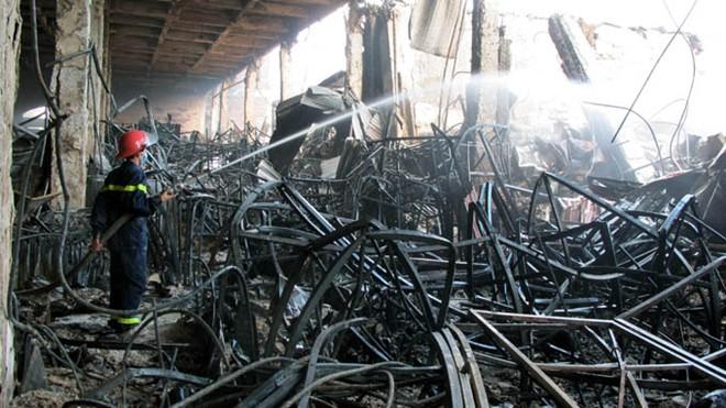 Trung tâm thương mại Hải Dương vẫn đang âm ỉ cháy