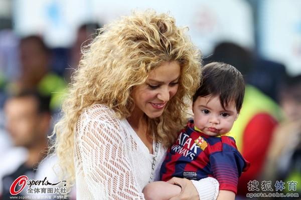 Bé Milan Pique theo mẹ Shakira đến cổ vũ bố đá bóng 1