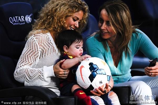 Bé Milan Pique theo mẹ Shakira đến cổ vũ bố đá bóng 2