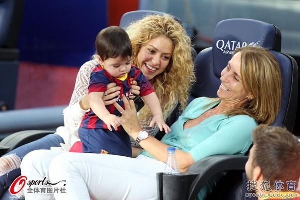 Bé Milan Pique theo mẹ Shakira đến cổ vũ bố đá bóng 3