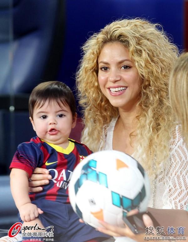 Bé Milan Pique theo mẹ Shakira đến cổ vũ bố đá bóng 4