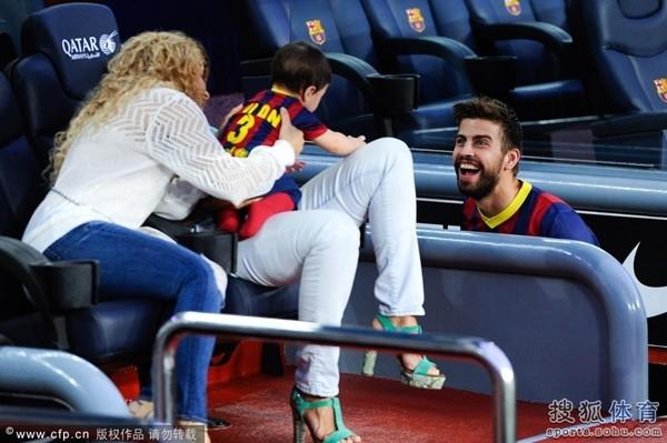 Bé Milan Pique theo mẹ Shakira đến cổ vũ bố đá bóng 5