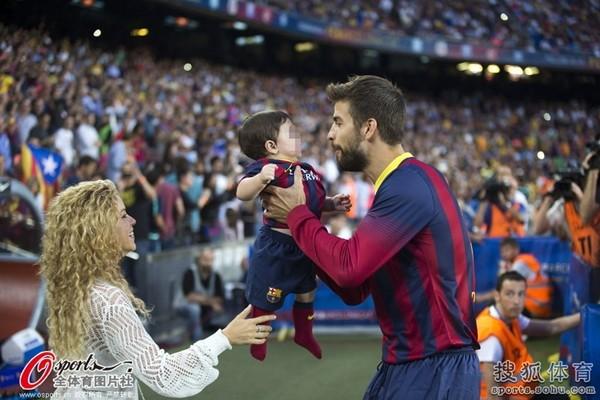 Bé Milan Pique theo mẹ Shakira đến cổ vũ bố đá bóng 6