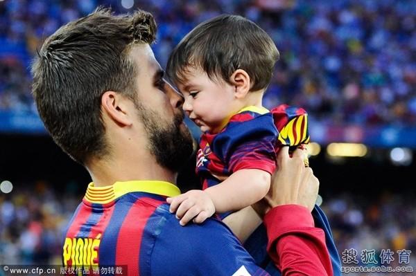 Bé Milan Pique theo mẹ Shakira đến cổ vũ bố đá bóng 7