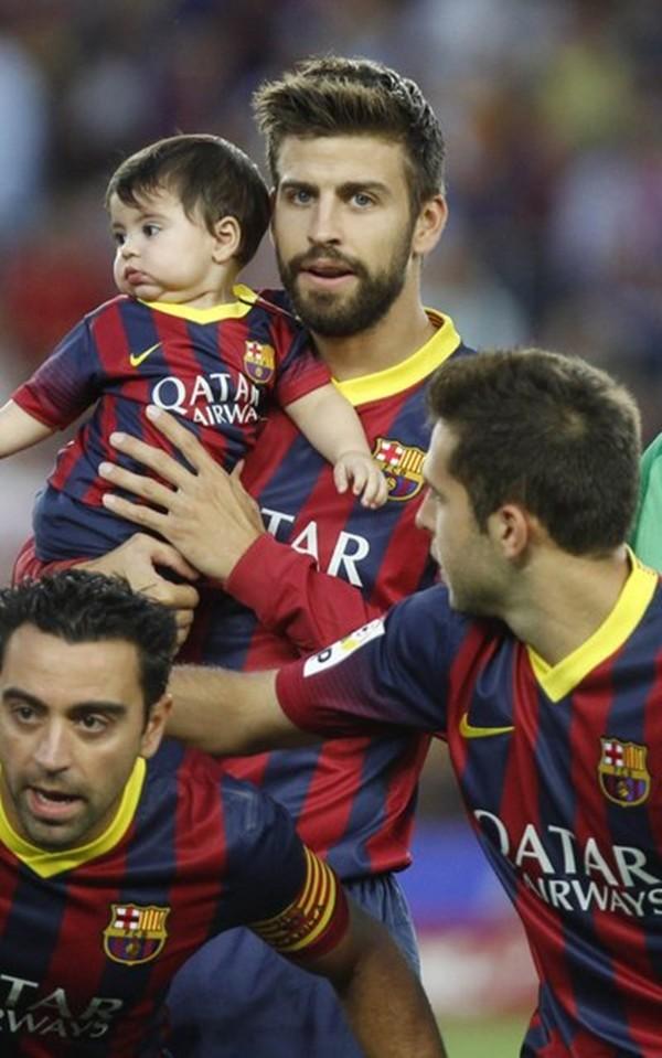 Bé Milan Pique theo mẹ Shakira đến cổ vũ bố đá bóng 8