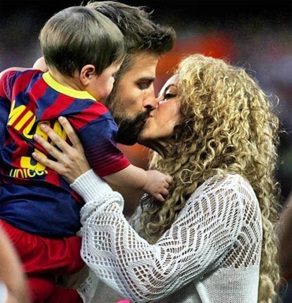 Bé Milan Pique theo mẹ Shakira đến cổ vũ bố đá bóng 9
