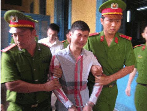 Lưu Văn Đông khóc như mưa khi được đưa vào phòng xét xử