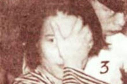 """Dung """"Hà"""" luôn che tay trước ống kính của các nhà báo (ảnh chụp tại phiên toà năm 1995)."""