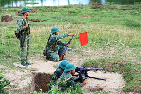 Khẩu đội súng Đại liên vào vị trí chiến đấu
