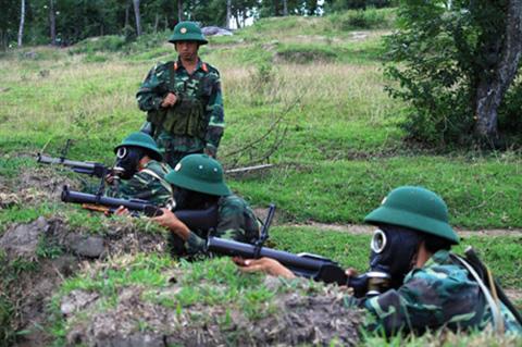 Bắn súng M79 có đeo khí tài phòng hóa
