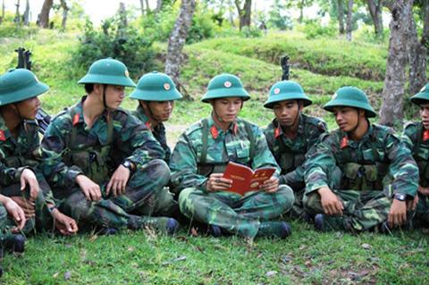 Phút thư giãn, giải lao của cán bộ, chiến sĩ sau giờ huấn luyện