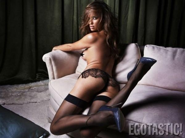 Lộ ảnh Irina Shayk hờ hững lấy tay che ngực khủng 10