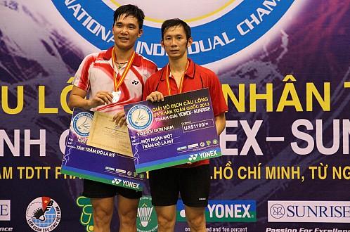 Tiến Minh (phải) trên bục nhận phần thưởng