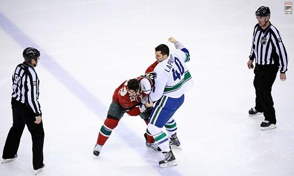 """Những """"trận chiến"""" đẫm máu trên sân băng Hockey 2"""