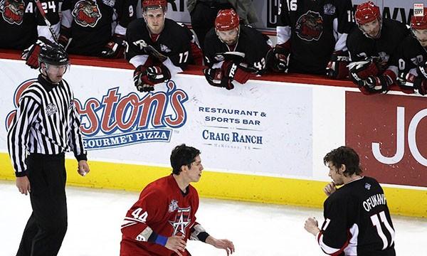 """Những """"trận chiến"""" đẫm máu trên sân băng Hockey 3"""