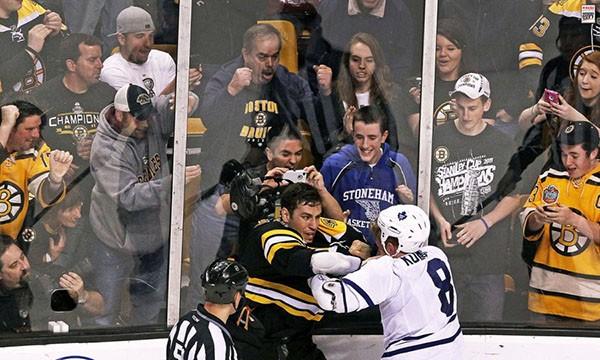 """Những """"trận chiến"""" đẫm máu trên sân băng Hockey 6"""