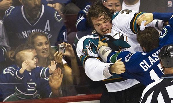 """Những """"trận chiến"""" đẫm máu trên sân băng Hockey 8"""