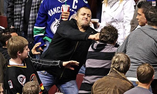 """Những """"trận chiến"""" đẫm máu trên sân băng Hockey 9"""
