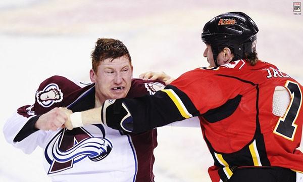 """Những """"trận chiến"""" đẫm máu trên sân băng Hockey 11"""