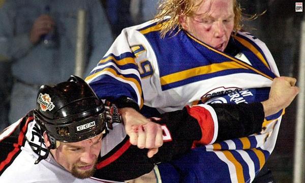 """Những """"trận chiến"""" đẫm máu trên sân băng Hockey 15"""