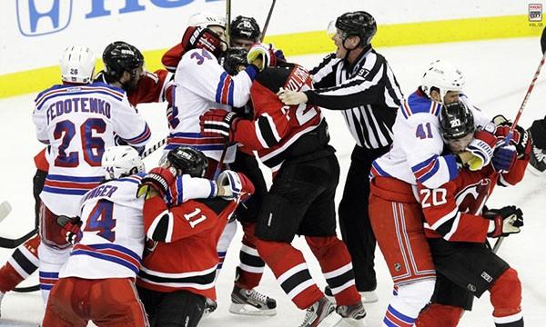 """Những """"trận chiến"""" đẫm máu trên sân băng Hockey 19"""