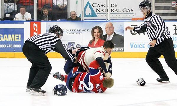 """Những """"trận chiến"""" đẫm máu trên sân băng Hockey 22"""