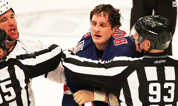"""Những """"trận chiến"""" đẫm máu trên sân băng Hockey 24"""