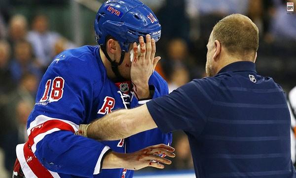 """Những """"trận chiến"""" đẫm máu trên sân băng Hockey 25"""