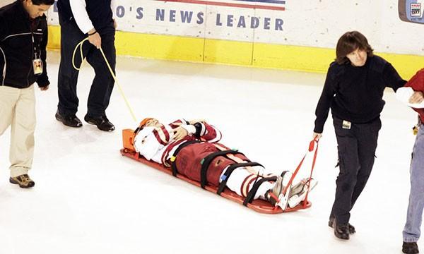"""Những """"trận chiến"""" đẫm máu trên sân băng Hockey 27"""