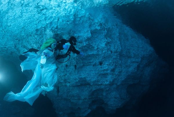 Nhìn ra thế giới: Nữ thần quyến rũ dưới hang động ngầm nước Nga